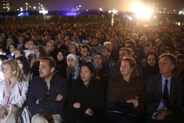 אלפים בטקס הזיכרון המשותף הישראלי-פלסטיני בפארק הירקון, 2019 (אורן זיו)