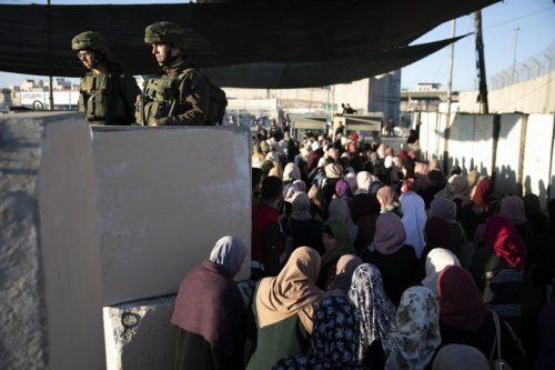 מחסום קלנדיה ברמדאן: אווירה של חג, וצעירים שמטפסים על החומה