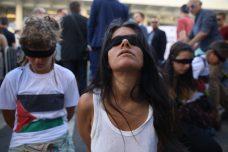 """""""כשתיירים מגיעים לאירוויזיון, הם לא רואים את החומה ואת הגזענות"""". מפגינה נגד האירוויזיון בכיכר הבימה (צילום: אורן זיו / אקטיבסטילס)"""
