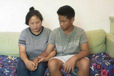 """לאנס בן ה-13 ואמו ליליה. """"אני לא רוצה לטוס לפיליפינים, אני לא יודע מה הולך שם. אני לא מכיר את המאכלים והמנהגים"""". (אורן זיו)"""
