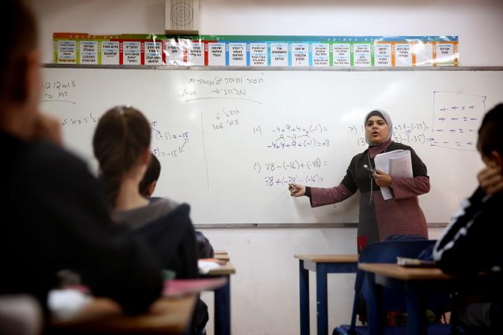 הבעיה של מערכת החינוך היא לא המורות אלא התנאים שמספקים להן על מנת לממש את מקצועיותן. מורה בכיתה בגבעתיים. אילוסטרציה (הדס פרוש/פלאש 90)