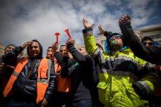 עובדי נמל אשדוד מפגינים מחוץ לבית המשפט לעבודה בירושלים בדרישה לאפשר להם את זכות השביתה. 2 באפריל 2017 (יונתן זינדל / פלאש 90)