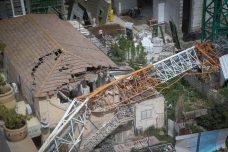 משרדי האוצר והביטחון מתנגדים להחמרת כללי הבטיחות בענף הבנייה מחשש שיביאו לעליית מחירים. קריסת מנוף על בניין ברמת גן (צילום: פלאש 90)