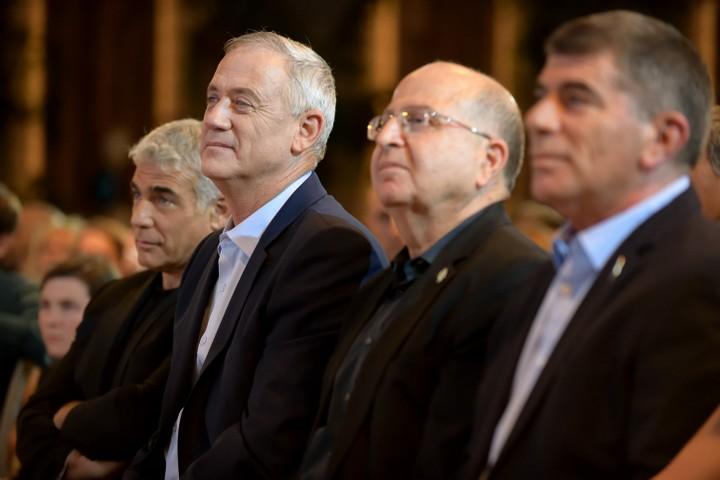 """ראשי כחול לבן, גבי אשכנזי, משה יעלון, בני גנץ ויאיר לפיד בפתיחת מערכת הבחירות של """"כחול לבן"""" (צילום: גיל יערי / פלאש 90)"""