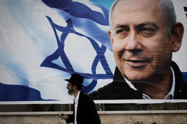 יש גבול דק בין מנהיג חזק לפולחן אישיות. נראה בבחירות האלה נתניהו חוצה את הגבול. כרזת בחירות בירושלים (צילום: יונתן סינדל / פלאש 90)