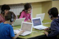 הורים בעשירונים 8 עד 4 לא מסוגלים לשלם את מה שמשמלמים בעשירונים הגבוהים. ילדים בשיעור מחשב. למצולמים אין קשר לכתבה (צילום: קובי גדעון / פלאש 90)