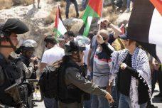 """""""עכשיו אנחנו חוששים שהמתנחלים יתנכלו לכפר"""". מפגינות בכפר מאלכ מול הצבא היום 16.8.19 (צילום: אורן זיו / אקטיבסטילס)"""