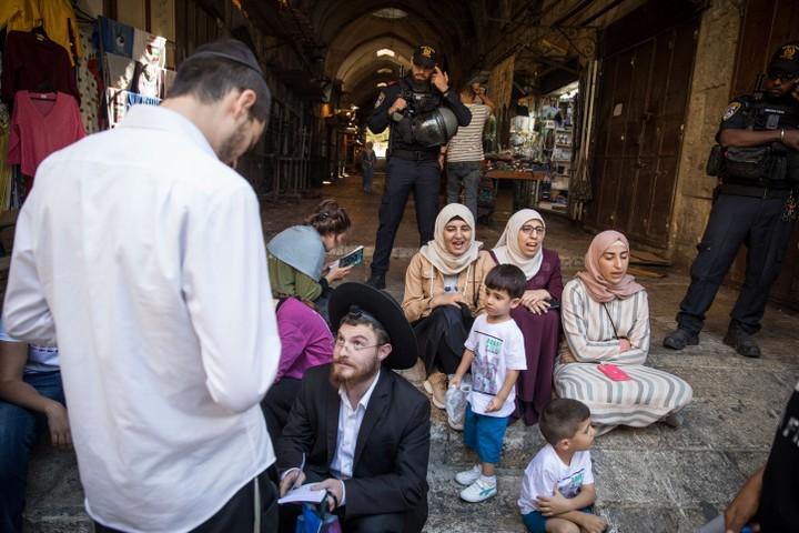 ב-52 שנות השלטון הישראלי, מתפללים יהודים מעולם לא עלו להר הבית ביום הראשון של חג הקורבן המוסלמי. נשים מוסלמיות מול מתפללים יהודים בכניסה להר הבית / חראם א-שריף (צילום: הדס פרוש / פלאש 90)