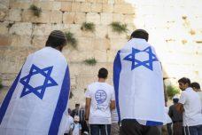 """מדריך ב""""מסע ישראלי"""" הסביר: """"אם לערבים לא טוב שזו מדינה יהודית, הם יכולים ללכת"""". נערים ליד הכותל המערבי. למצולמים אין קשר לכתבה (צילום: נועם ריבקין פנטון)"""