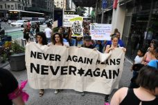 """""""לעולם לא עוד זה לעולם לא עוד"""". יהודים אמריקאים מפגינים נגד מדיניות ההגירה האמריקאית (צילום: גילי גץ)"""