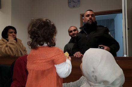 בדיון היום בבית המשפט, ניתנה לאשתו של אל חרוף לחבקו בפעם הראשונה מאז שנעצר לפני שמונה חודשים. אל חרוף מול בתו ואשתו בדיון הראשון בעניינו
