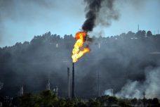 """כדי להחזיר את ההשקעה בהפקת דלקים מאובנים, חברות האנרגיה אמורות לפלוט עוד 500 מיליארד טונות של פחמן דו-חמצני לאוויר. אנחנו לא יכולים לעמוד בזה. שריפה בבית זיקוק בריצ'מונד בארה""""ב (צילום: ניק פולרטון, CC BY-NC 2.0)"""