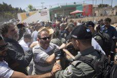 ח״כ עופר כסיף במהלך מחאה בשכונת עיסאוויה במזרח ירושלים (צילום: אורן זיו)