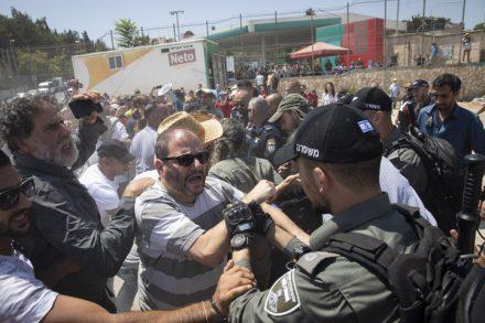 יצוג יהודי ברשימה המשותפת לא מספיק. ח״כ עופר כסיף במהלך מחאה בשכונת שייח ג׳ראח במזרח ירושלים (צילום: אורן זיו)