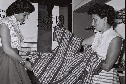 רות דיין ומלכת היופי שרה טל בחנות משכית בשנת 1956 (צילום: הנס פין, אוסף התצלומים הלאומי)