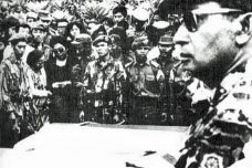 הגנרל סוהרטו בהלוויית הגנרלים שנרצחו, ב-1965 (צילום: PD-INDONESIA)