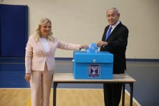 ראש הממשלה, בנימין נתניהו, ואישתו שרה, מצביעים בבחירות, ב-17 בספטמבר 2019 (צילום: אלכס קולומויסקי)