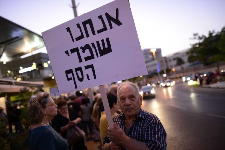 """ההפגנה השבועית נגד השחיתות מול ביתו של היועמ""""ש אביחי מנדלבליט בפתח תקווה, ב-22 ביולי 2017 (צילום: תומר נויברג / פלאש90)"""