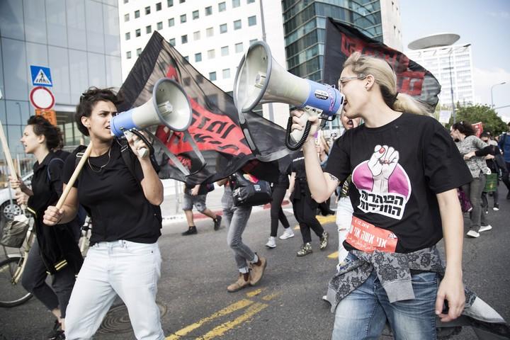נהוג לומר 'תכלה שנה וקללותיה,, אבל מי שנאבקות למען חופש יודעות שהמאבק לא נגמר.מפגינות ביום שביתת הנשים, 4.12.18 (קרן מנור / אקטיבסטילס)