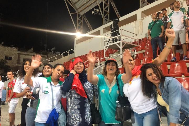 כשהמרוקאים הבקיעו גול, גם האוהדים הפלסטינים ביציע קפצו לאות אחווה. נשים מרוקאיות ביציע בא-ראם (צילום: סמאח סלאימה)