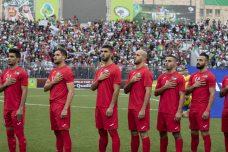 """""""ברוח ובדם נפדה את פלסטין"""", שרו האוהדים באיצטדיון פייסל חוסייני בא-ראם בצל תמונות של ערפאת ואבו מאזן. נבחרת פלסטין לפני שריקת הפתיחה (צילום: אורן זיו)"""