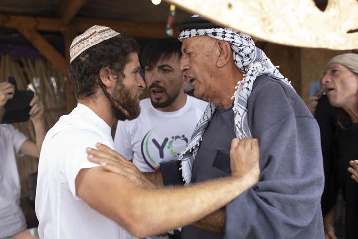 """המתנחלים הופתעו מהפגנה של פלסטינים, ישראלים ובינלאומים בתוך מאחז """"שירת העשבים"""" בבקעת הירדן. מפגין פלסטיני ומתנחל בעימות בתוך המאחז (צילום: אורן זיו)"""