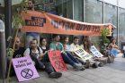 """פעילי """"המרד בהכחדה"""" חוסמים את הכניסה לבורסה בתל אביב במחאה על משבר האקלים (צילום: אורן זיו)"""