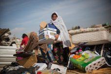 בדואים אוספים את חפציהם מהריסות הכפר אום אל חיראן, בינואר 2017 (צילום: הדס פארוש / פלאש90)