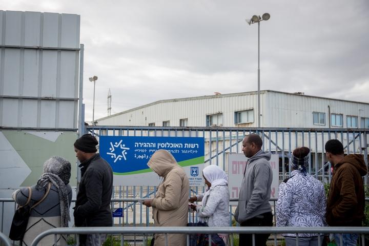 מבקשי מקלט ממתינים בתור ללשכת ההגירה והאוכלוסין בבני ברק, בפברואר 2018 (צילום: מרים אלסטר / פלאש90)