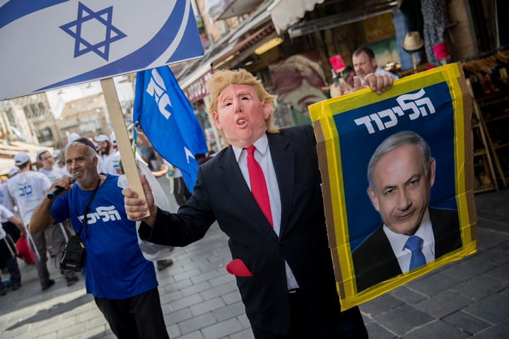 """תומך ליכוד עוטה מסיכה של נשיא ארה""""ב דונלד טראמפ בזמן קמפיין הבחירות בשוק מחנה יהודה בירושלים, 7 באפריל 2019 (צילום: יונתן זינדל/פלאש90)"""