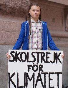"""""""שביתת לימודים בשביל האקלים"""": גרטה תורנברג מול הפרלמנט השוודי, באוגוסט 2018 (צילום: Anders Hellberg)"""