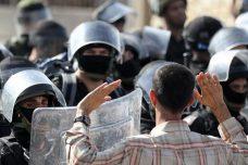 היה מי שהציע שבמקום שהרשימה המשותפת תיפגש עם ארדן, תיפגש אתו משלחת של סוחרי נשק. מפגין מול שוטרים באום אל-פחם, אוקטובר 2010 (נתי שוחט/פלאש90)