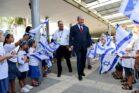 תלמידים ביום הראשון ללימודים בבית הספר ביאליק רוגוזין בדרום תל אביב (צילום: מרים אלסטר / פלאש90)