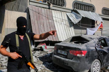 כמעט כל פרשן פוליטי מבין שמטרת ההתקפה בעזה היתה קודם כל להקשות על גנץ להקים ממשלת מיעוט בתמיכת הרשימה המשותפת. פעיל פלסטיני ליד ביתו של בכיר הג'יהאד האסלאמי בהאא אבו אלעטא שהופצץ בעזה (צילום: חסאן ג'די / פלאש 90)