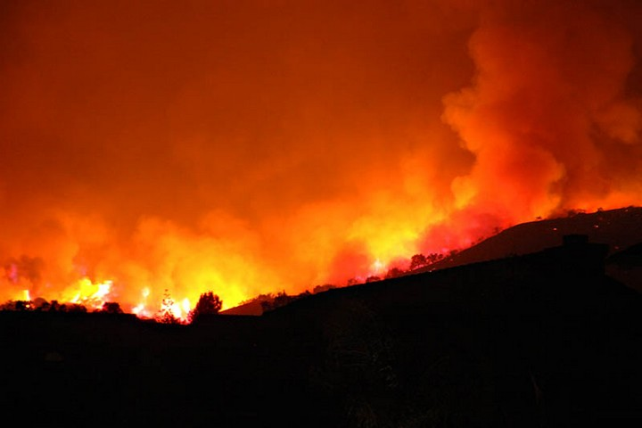 """עבור מי שמחזיק בפוליסת ביטוח יוקרתית, שריפה יכולה להיות הזדמנות נדל""""נית לשדרג את ערך הנכס. עבור עניים, זה סוף הדרך. שריפה בקליפורניה (צילום: אלכס מירושניצ'נקו CC BY 2.0)"""
