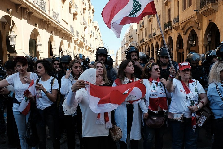נשים מפגינות בביירות ב-19 בנובמבר 2019 (צילום: Nadim Kobeissi)