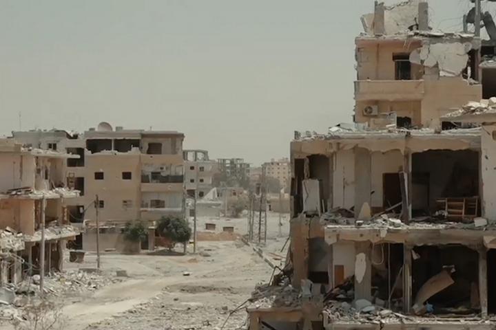 שכונה הרוסה בעיר א-רקה בצפון סוריה (צילום: Mahmoud Bali VOA)