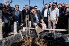 גדעון סער בתקופת כהונתו כשר הפנים, בטקס חשיפת אבן הפינה של שכונה חדשה בהתנחלות מושב גיתית, בינואר 2014 (צילום: אורי לנץ / פלאש90)
