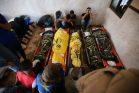 מקוננים בלווייתם של שבעה מבני משפחת אבו מלחוס, שנהרגו בתקיפה ישראלית בביתם בדיר אל בלח, ב-14 בנובמבר 2019 (צילום: חסן ג'די / פלאש90)