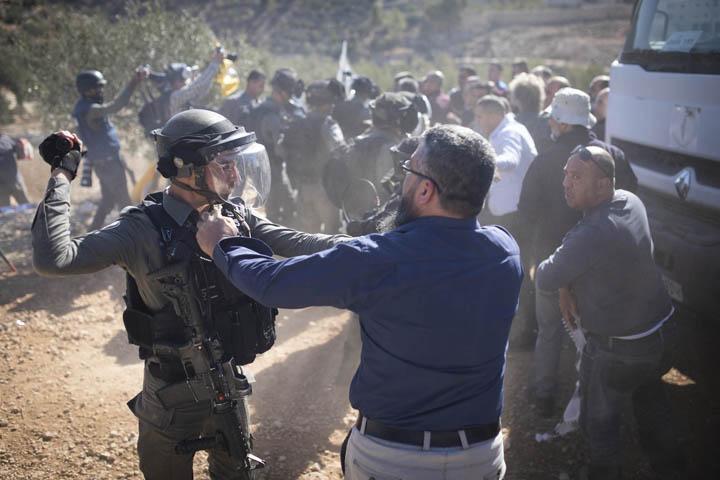 """""""זו אדמה פלסטינית"""". הפגנה נגד השתלטות מתנחלים על אדמות בכפר סוריף, 22 בנובמבר 2019 (צילום: אורן זיו)"""