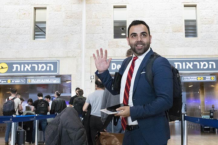 עומאר שאקר מנהל Human Rights Watch בישראל ופלסטין בשדה התעופה לפני גירושו של שאקר מישראל (צילום: אורן זיו)