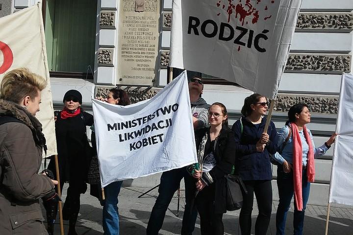 נשות פולין מפגינות נגד החמרת חוקי ההפלות במדינה, ב-2016 (צילום: Zorro2212)