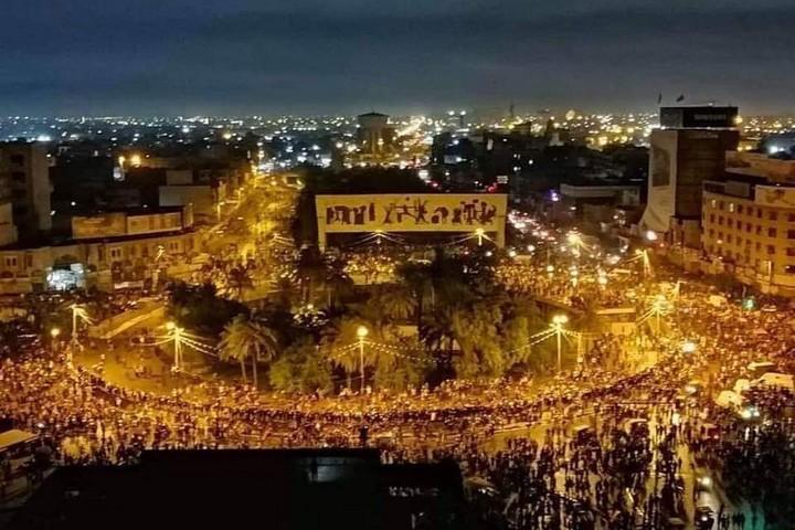 """עימות הישיר בין המפגינים ל""""מדינה העמוקה"""" של נתמכי איראן. מפגינים בכיכר תחריר בבגדאד, 25 באוקטובר 2019 (ויקיפדיה CC-BY-SA-4.0)"""