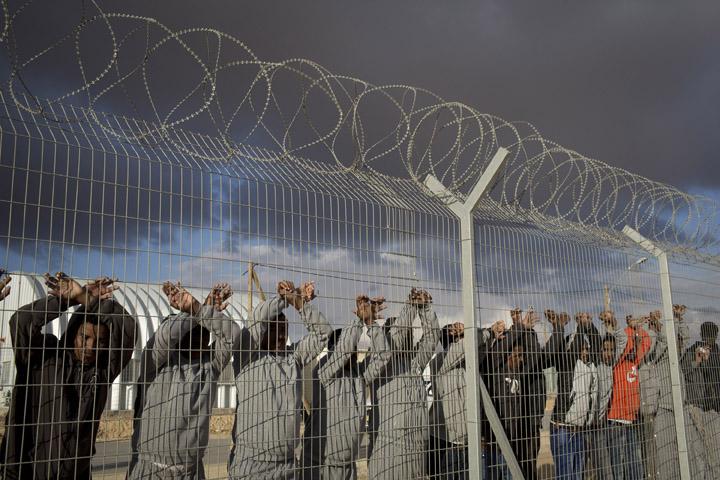 הכליאה בסהרונים ובמתקן חולות נועדה לאותת למבקשי המקלט שהם לא יזכו כאן לחיים נורמליים. מבקשי מוחים במתקן חולות ב-2014 (צילום: אורן זיו)