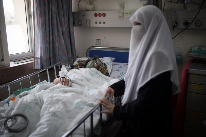 אם פלסטינית ליד מיטת בתה במרכז הרפואי וולפסון (הדס פארוש / פלאש 90)