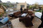 פלסטיני בודק נזקים אחרי שישראל הרסה בית בכפר ולאג'ה ליד בית לחם, ב-11 בפברואר 2019 (צילום: ויסאם השלמון / פלאש90)