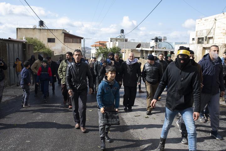 פלסטינים וישראלים צועדים במהלך ההפגנה השבועית נגד הכיבוש וההתנחלויות בכפר קדום שבגדה המערבית (צילום: אורן זיו)