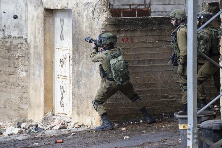 _חיילים יורים גז מדמיע במהלך ההפגנה השבועית נגד הכיבוש וההתנחלויות בכפר קדום שבגדה המערבית (צילום: אורן זיו)
