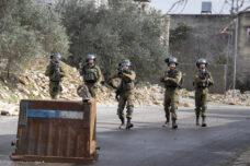 חיילים יורים גז מדמיע וכדורי גומי במהלך ההפגנה השבועית נגד הכיבוש וההתנחלויות בכפר קדום שבגדה המערבית (צילום: אורן זיו)