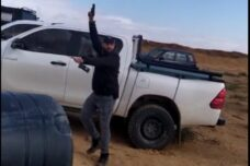 שוטרים הכו תושבים בכפר בדואי בנגב, עצרו קטין וירו באוויר